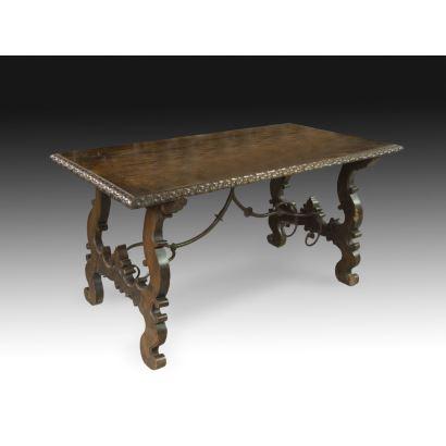 Mesa con patas de lira, siglo XVIII.