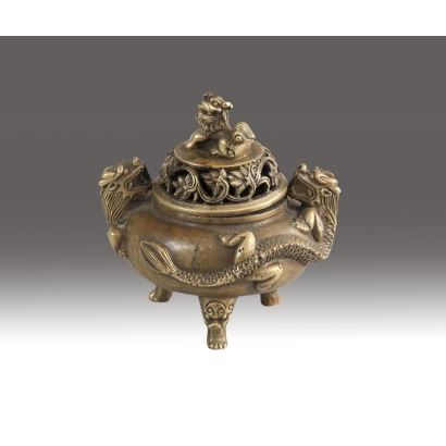 Censer tripod in bronze, 18th century. With a cap topped with Foo lion and decoration of Chinese dragons. Marked on the reverse. Measures: 11 x 10 cm.