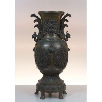 Arte Oriental. Jarrón realizado en bronce, China siglo XIX.