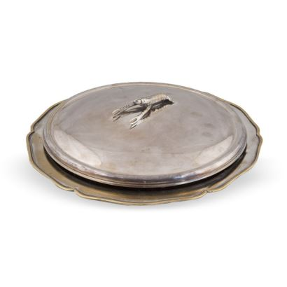 Fuente con tapa, S. XX. Realizada en metal. Presenta borde ingletado y asa en la tapa con forma de cigala. Interior en barro. Diámetro 36 cm.