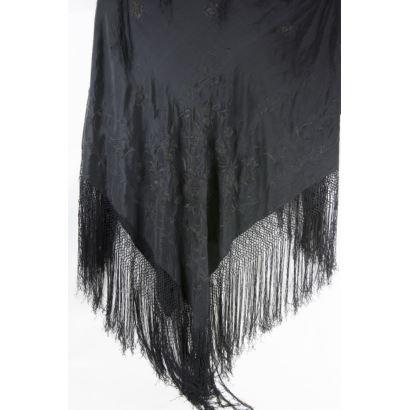 Manila shawl black.