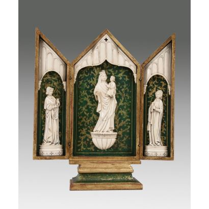 Exceptional triptych in ivory of neo-Gothic style, represents in the central body the Virgin with the Child on niche, presents exterior in golden wood and interior of rolls on a green background. With CITES Open: 30cm Closed: 33.5x15x6.5cm.
