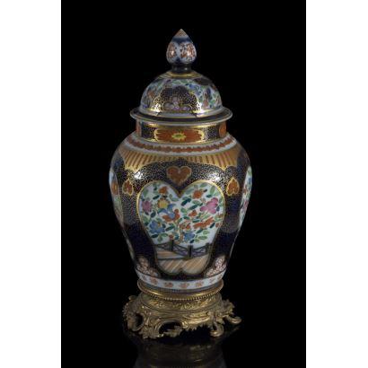 Porcelana. Tibor estilo oriental, hacia 1900.