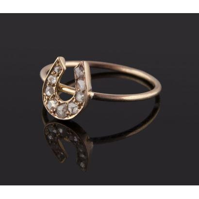 Joyas. Original anillo de oro 18K con frontal en forma de herradura decorada con 9 diamantes de talla rosa. Peso: 1,82 gr.