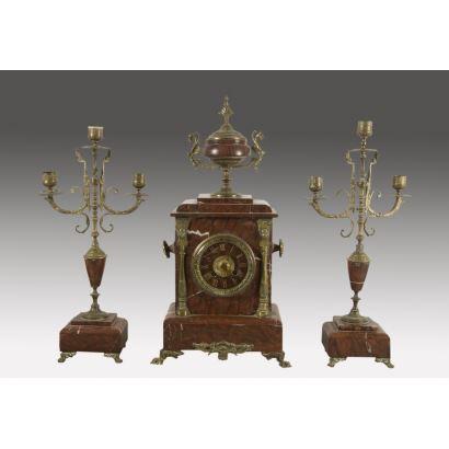 Reloj de sobremesa con guarnición de candelabros, fin S. XIX.