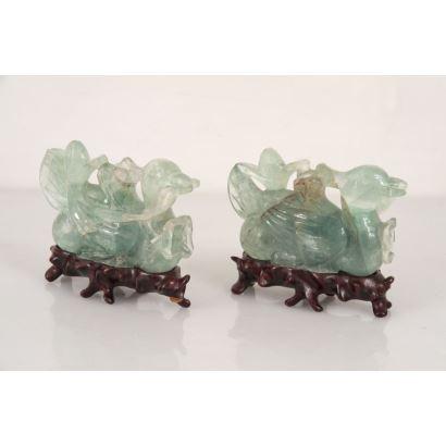Pareja de figuras chinas realizadas en jade verde sobre peana de madera.