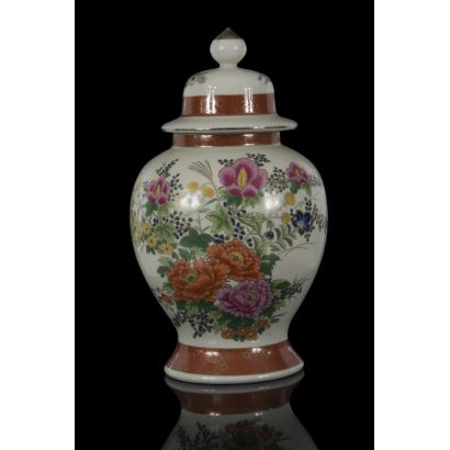 Magnífico tíbor realizado en porcelana  Satsuma, ricamente decorado con motivos florales. Marca en base. Altura: 34cm.