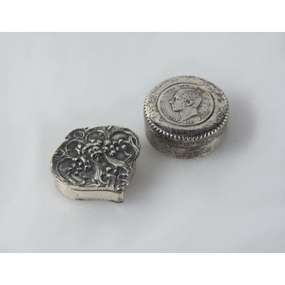 Dos pastilleros en plata, S. XX.