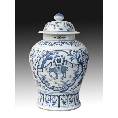 Tibor with blue and white porcelain lid, China, S. XVIII.