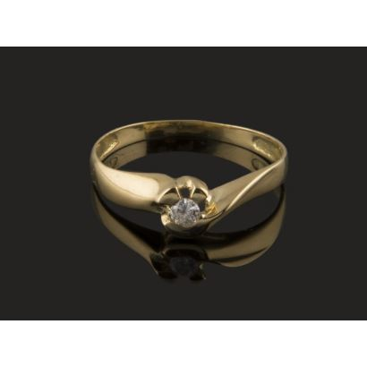 Delicate solitaire ring in 18K yellow gold, chaired by a central diamond of 0.04 carats, decorated with a half arch and bilobed shape. Weight: 1.56 gr.