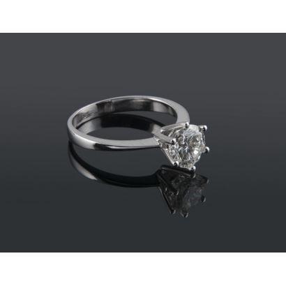 Solitario de oro blanco de 18K con diamante central talla brillante engastado con 6 garras. 1,01 quilates, Color J, Pureza VS2. Peso: 2,44g.