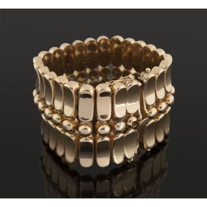Important articulated bracelet made in 18k yellow gold, presents circular and oval motifs. Weight: 88.9g
