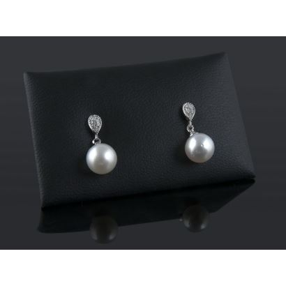White gold earrings with brilliant inside tear from which hangs an Australian pearl. Total bright: 0.09cts.