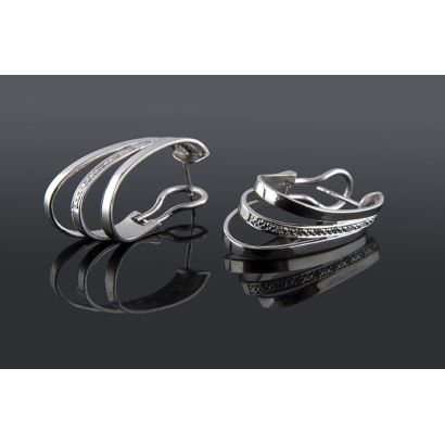 Elegant 18K white gold earrings decorated with 14 brilliant cut diamonds. Omega closures. Weight: 7.42 gr.