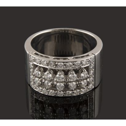 Magnificent ring of white gold, with numerous brilliant in a row that add 1.14cts, within rectangular motif. Weight: 15.3g