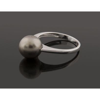 Sortija de oro blanco que alberga bonita perla Tahití de 10,5mm.