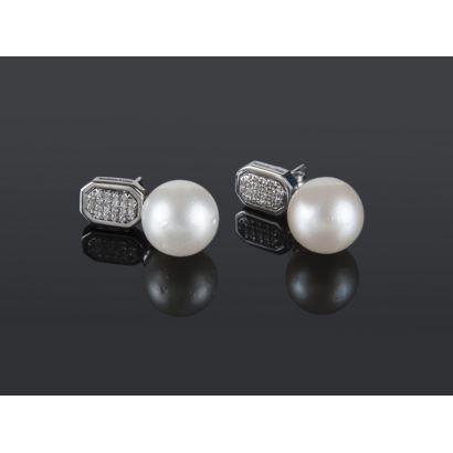 Pendientes de oro blanco con brillantes en pavé que suman 0,32cts y perlas australianas de 10,4mm.