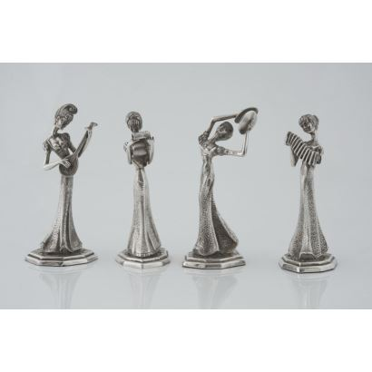 Set consisting of four silver figures, mid S. XX. Represented singing and playing instruments. Marks Height 14 cm Weight 622 gr.
