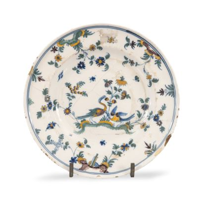 Ceramic plate from Alcora, 19th century, decorated with plant and bird motifs. Restored. Diameter: 24cm