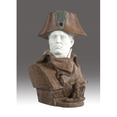 Busto de Napoleón realizado en marmol blanco y jaspeado marrón, hacia 1900. Medidas: 46 x 26 x 22 cm.