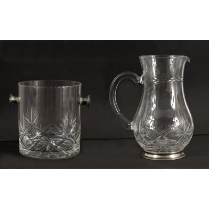 Lot consisting of a jug, an ice bucket and a decanter with a lid made of fine cut glass and sterling silver. Decanter: 29x10cm, ice bucket: 13x12cm, jug: 16x13cm.