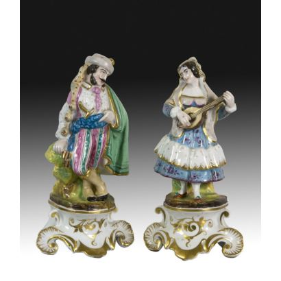 Pair of figures in porcelain isabelina, S. XIX.
