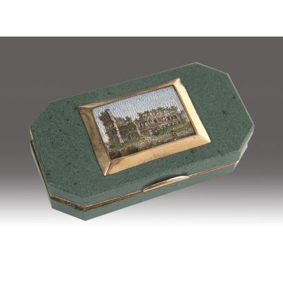 Objetos. Caja con cuerpo en piedra dura, Italia, siglo XIX. Con adornos en oro de 18 kilates y medallón central en micromosaico representando el coliseo romano. Medidas: 7 x 4 x 2 cm.
