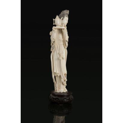 Marfiles. Figura china tallada en marfil sobre peana de madera.