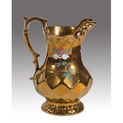 Cerámica. Jarra de cerámica dorada de Bristol decorada con motivos florales en rosa, blanco y verde. Siglo XIX.  Medida: 20x17cm.