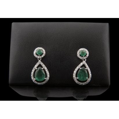 Earrings in white gold, with emeralds in brilliant cut and pear size, bordered by brilliant (0.82cts).