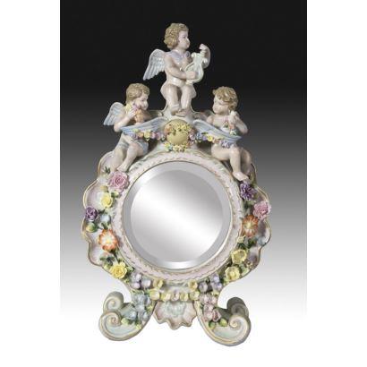 Porcelana. Espejo de estilo Capodimonte, s. XX.