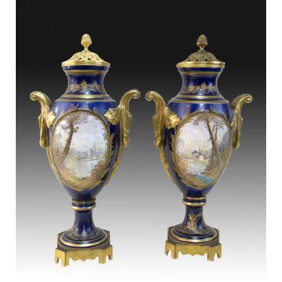 Porcelana. Pareja de jarrones Sévres, S. XIX.