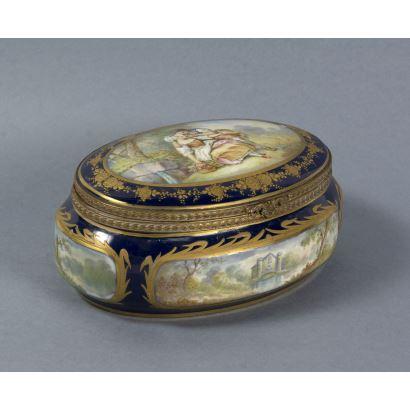 Caja en porcelana tipo Sèvres.