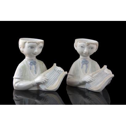 Pareja de figuras en porcelana, S. XX.