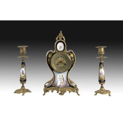 Reloj con guarnición, estilo Sevrés, S. XIX.