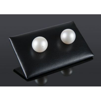 Yellow gold earrings with 13.5mm Australian pearls.