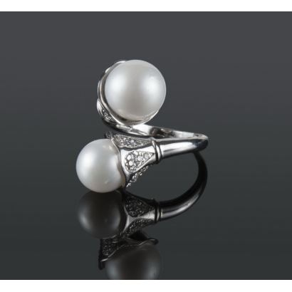 Exceptional spiral white gold ring, topped by two Australian pearls of 11.5mm and 10mm and brilliant that add 0.47cts.