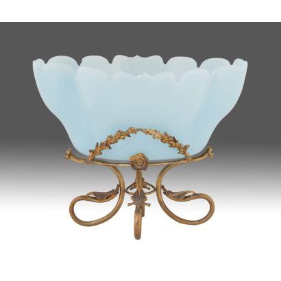 Elegante centro de mesa realizado en opalina azul sobre patas en bronce dorado con decoración de roleos y formas vegetales. s.XIX. 28x35x24cm.