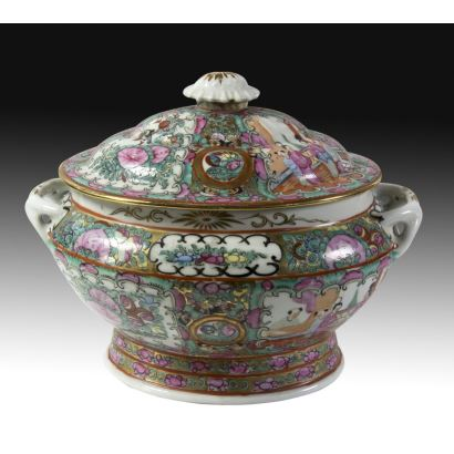 Tureen with lid in Canton porcelain, S. XIX.