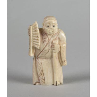 Netsuke carved in ivory. 5 cm