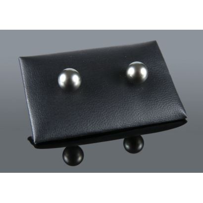 Earrings with yellow gold clasp and 10mm Tahiti pearls.