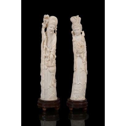Pareja de tallas de marfil sobre peana de madera.
