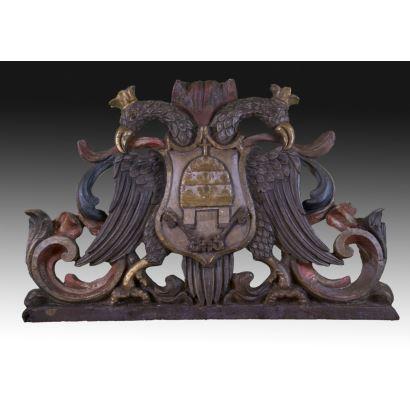 Relieve con escudo del Vaticano.