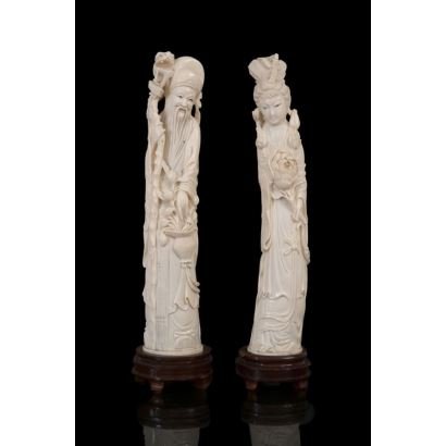 """Pair of ivory carvings on wooden base. """"Chinese wise man with dragon stick and basket"""", """"Geisha with flowers"""". With seniority certificate. Height: 29cm and 30cm."""