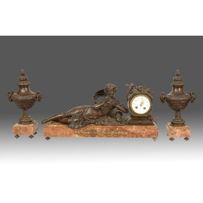 Table clock with garnish, Ppios, S. XX.