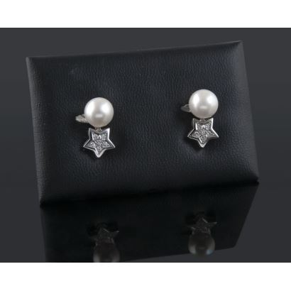 Pendientes de oro blanco con perla de la que pende estrella cubierta con brillantes que suman 0,29cts.