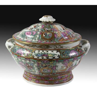 Sopera con tapa en porcelana de Cantón, S. XIX.