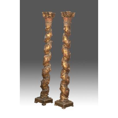 Gran pareja de columnas salomónicas con decoración vegetal realizadas en madera tallada y dorada. s.XX. Medidas: 215x33x33cm.