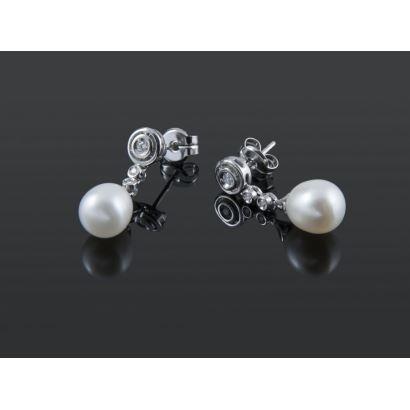 Pendientes de oro blanco, con chatones de brillantes que suman 0,11cts y de los que pende una perla.