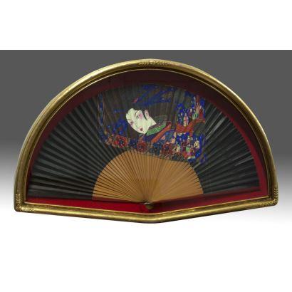 Objetos. Abanico pintado con Geisha, abaniquera con marco dorado en madera. 60x40cm / 30x54cm